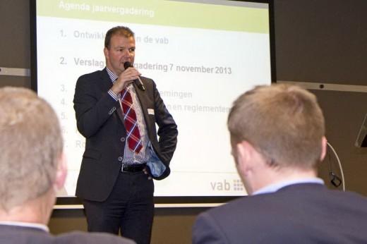 Anton Koops stelt zich voor tijdens de algemene ledenvergadering van vab. (Foto: vab)